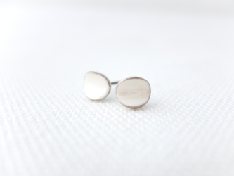 ピアス カールpetit pearl/platinumの画像