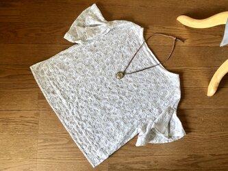 送料込・コットン刺繍生地のブラウス・袖フリルの画像
