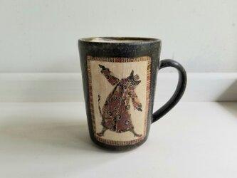 窓に一匹ドア付きカップ(ネコ)の画像