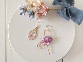 ラタンとレジンのアシンメトリーピアス(紫陽花・ピンクパープル)の画像