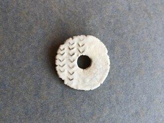 陶ブローチ 骨白「環」の画像