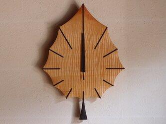 無垢の木の電波掛け時計 トチ はっぱ 0048の画像