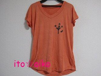 ヨレ感がキュートな木と三日月デザインTシャツ☆☆(コーラル)の画像