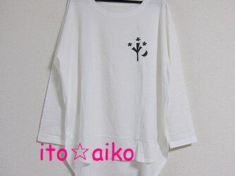 胸に三日月と木デザイン長そでシャツ☆☆(ホワイト)の画像