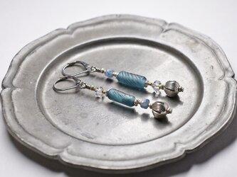 ローマングラスとハーキマーダイヤモンド、カイヤナイト、蕾カレンシルバーのアンシメトリーピアスの画像