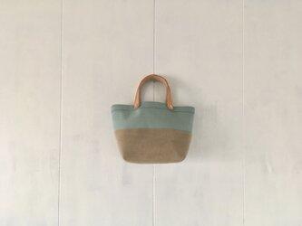 ミントグリーンとカフェオレ色の小さな鞄の画像