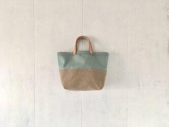 ミントグリーンとカフェオレ色の中くらいの鞄の画像