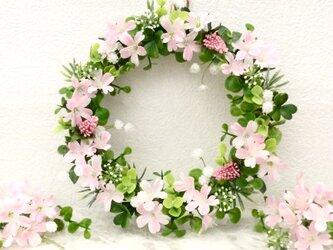 かすみ草とピンクのお花リースの画像