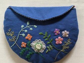 花の刺繍のまんまるマスクポーチ(ネイビー)の画像
