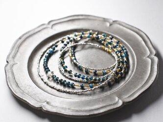 一粒ハーキマーダイヤモンドとインディゴブルービーズ、カレンシルバーの華奢な2連ネックレスの画像