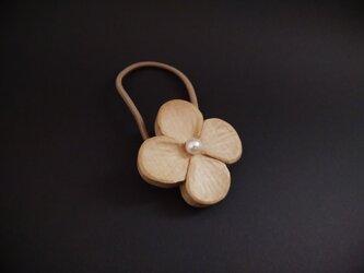 ヘアゴム《花 (大)》 朴 木彫り の画像