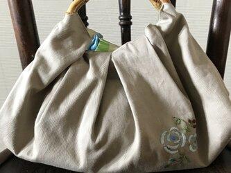 バラの刺繍のバンブーハンドルバッグの画像