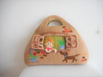 ご予約品 窓辺に女の子がいる風景バッグの画像