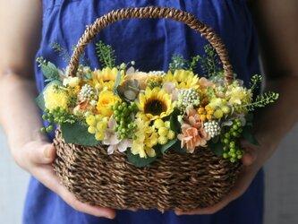 ひまわりとローズのFlower basketの画像