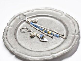 カイヤナイトとハーキマーダイヤモンド、ボタニカルカレンシルバーと灰青色ビーズ、煌めくカレンシルバービーズのピアスの画像