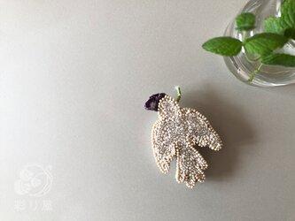 ブローチ【白い小鳥】紫の画像