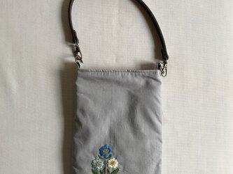 かばんに取り付けられるスマホポーチの画像
