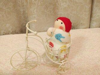 赤ちゃん人形と自転車の画像