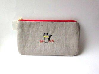 リネン刺繍平ポーチ*お花畑の猫ちゃんAの画像