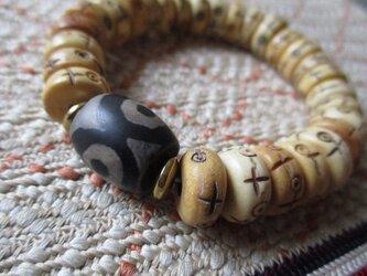 三眼天珠 とヤク牛骨珠のブレスレットの画像