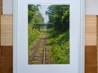 風景写真 A4 緑をはしる線路の画像