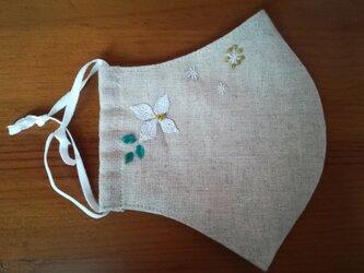 手刺繍☆きれいな横顔☆リネンの立体マスク(ヤマボウシ)の画像