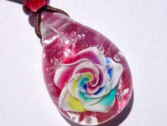 《レインボーローズ》 ガラス とんぼ玉 ペンダント 薔薇の画像
