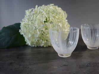 光を添える、冷茶グラスの画像