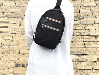 帆布&革のボディバッグ〈ブラック〉の画像