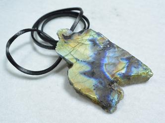 (1点もの)ラブラドライト原石のロングレザーネックレスの画像
