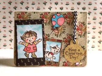女の子と猫と風船のカードの画像