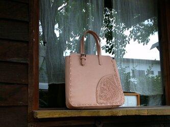 レザーカービングの飾りポケット付きトートバッグの画像