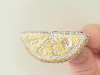 レモンの刺繍ブローチの画像