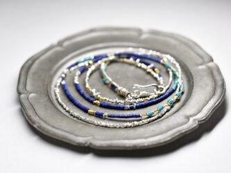 小さなラピスとターコイズブルーホワイトハーツ、カレンシルバービーズの2連ネックレスの画像