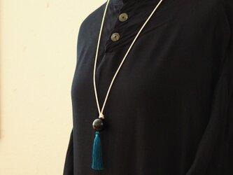 漆玉黒と青いタッセルのネックレスの画像