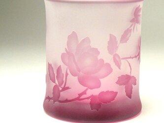 バラと蝶ロックグラス01 ピンク色 被せガラス 蕨硝子 の画像