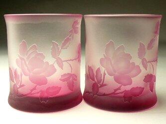 バラと蝶ロックグラス02 ペアセット ピンク色 被せガラス 蕨硝子 の画像