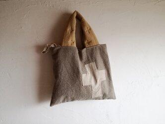 草木染め 正方形のざっくりかばんの画像