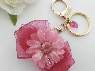 ジニアとリボンがかわいいバッグチャーム クリスタルピンク&バーベナの画像