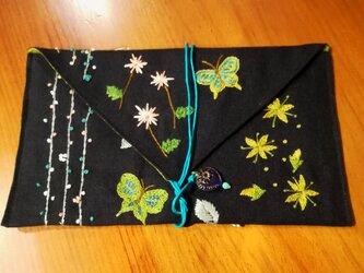 ☆一点物☆手刺繍リネンのポーチ(お花畑と蝶々、黒)の画像