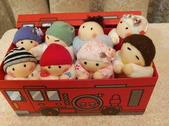 赤ちゃん人形8個(容器付き)の画像