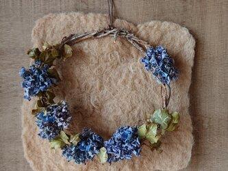 珈琲色のシートと紫陽花のドライフラワーリースの画像