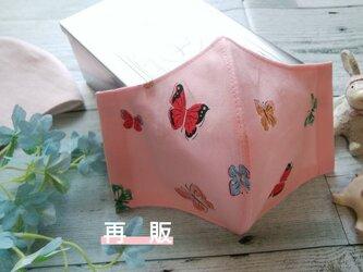 再販✴送料無料✴USAコットン、薄めのピンクに蝶柄の可憐なマスク✴裏地に涼感加工ガーゼ使用✴の画像