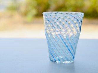 青い海のグラスの画像