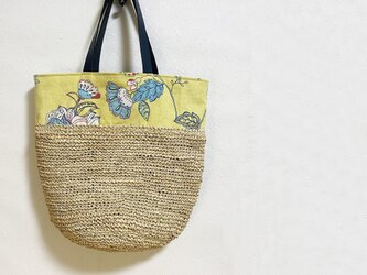 レトロな柄とラフィア糸編みのバケツ型かばんの画像