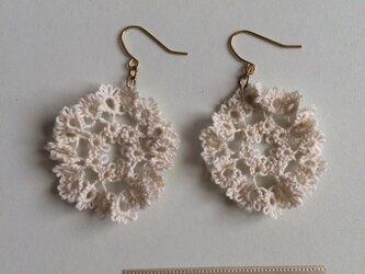 フリルみたいなお花のピアス whiteの画像