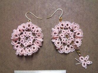 フリルみたいなお花のピアス pinkの画像