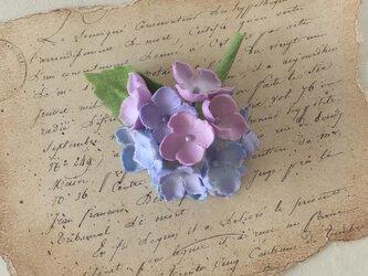染め花の紫陽花のコサージュ(パープル系)の画像