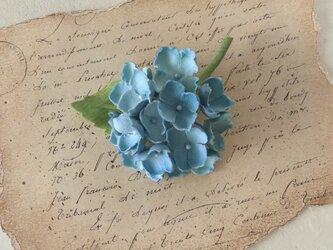 染め花の紫陽花のコサージュ(ライトブルー)の画像