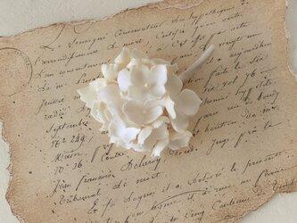 染め花の紫陽花のコサージュ(オフホワイト)の画像